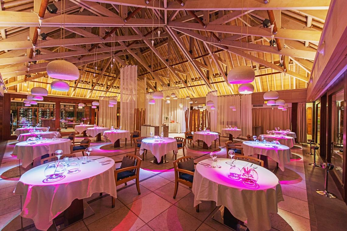 https://tahititourisme.kr/wp-content/uploads/2020/01/La-salle-du-restaurant-1.jpg